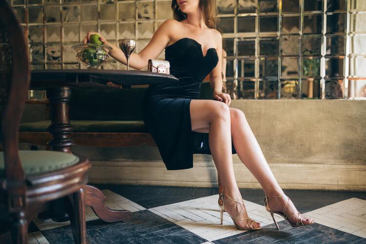 ドレスアップして素敵なレストランにいる女性