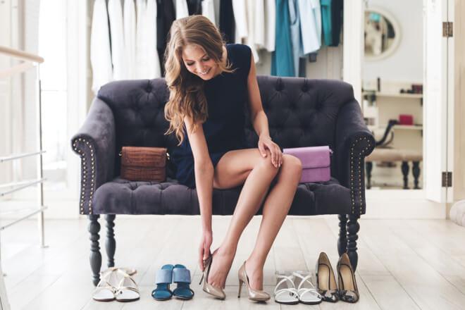 ボーナスで靴をお買い物する女性