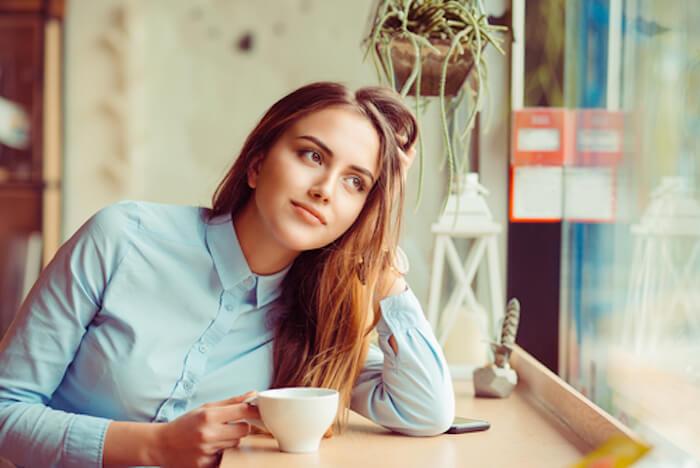 カフェで運命の人を待つキレイな女性