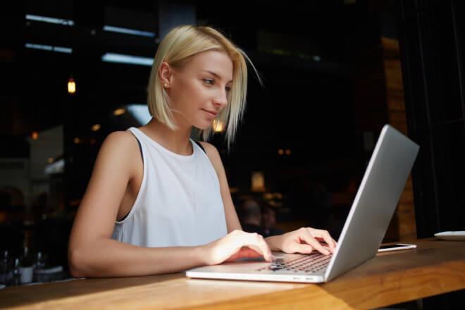 PCで仕事をする女性