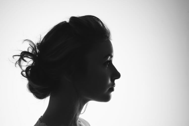 横顔の女性モノクロ