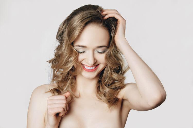 巻き髪ロング美女
