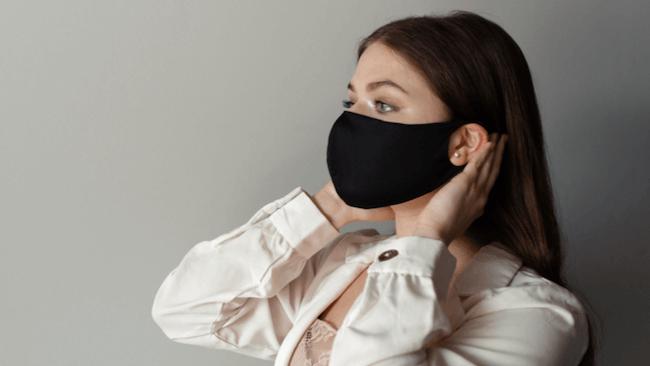 黒いマスクをつけている女性