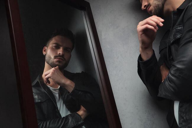 鏡をみる男性