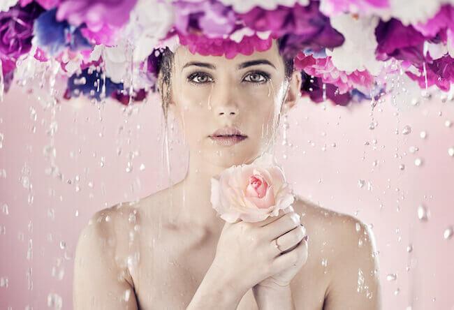 花と涙を流す美女
