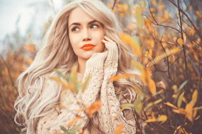秋の雰囲気の金髪美女