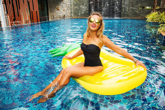 浮き輪に乗る水着美女