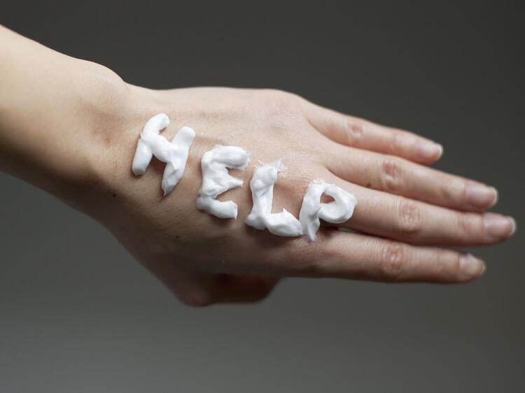 手の甲にクリームでHELP