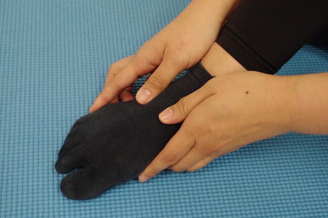 1.指の付け根を両手で持ち、前後に動かしていきます。