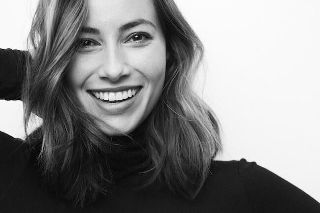 モノクロ 笑顔の女性