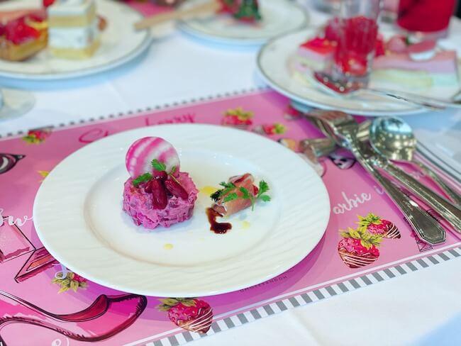 『ストロベリーホリック~Barbie in Paris~』ビーツとジャガイモのサラダ/イチゴとマスカルポーネの生ハムロール