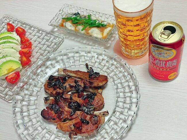 本麒麟と『ラムチョップのソテー 赤ワインビネガー風味』と牡蠣ポン酢とモッツァレラチーズとトマトとアボカドのサラダ