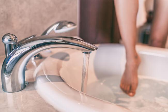 湯船に浸かる女性の足