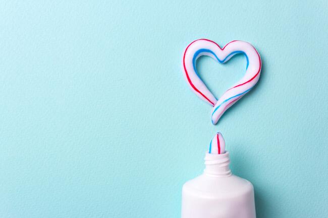 歯磨き粉をハート型に出した様子