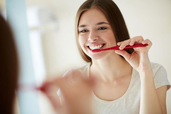 歯磨きをする美女