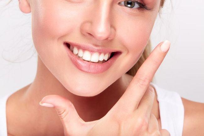 ポーズを決める白く美しい歯の美女