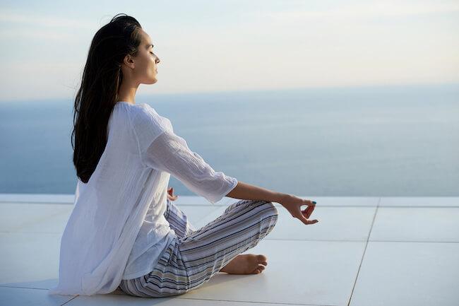 瞑想している黒髪ロングの女性