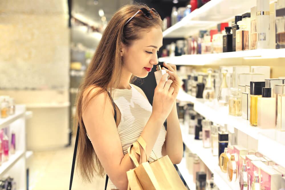 香水を嗅いで選ぶ女性