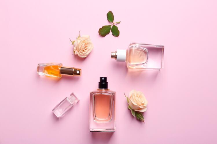 4つの香水瓶と花