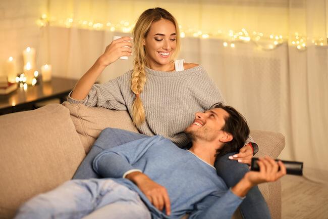 ソファーでテレビを見る男女