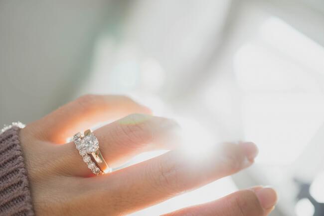 薬指に指輪を2つつけている女性の手