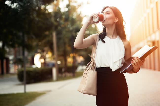 ドリンクを飲みながら歩く女性