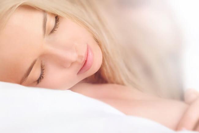 横向きで寝る美女