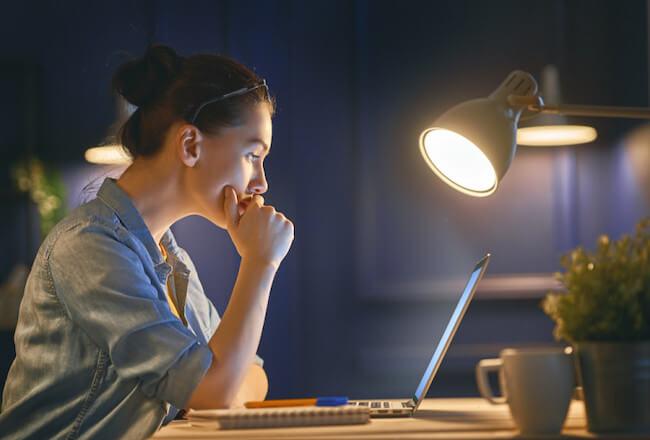 夜パソコンを操作する女性