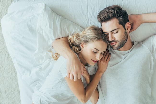 腕枕で眠るカップル