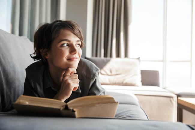 室内で読書する女性
