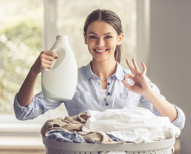 洗濯 柔軟剤を持つ女性