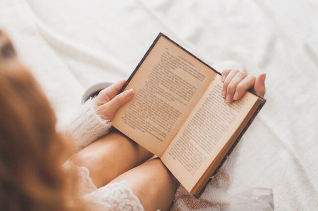 英書を読む女性