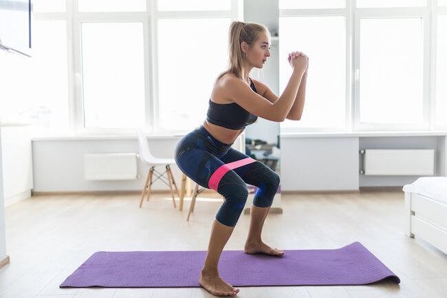 家の中で運動・筋トレする女性