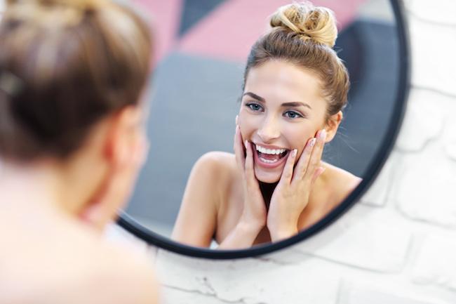鏡を見る美女