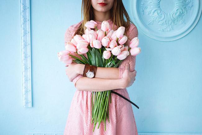 チューリップの花束を持った女性