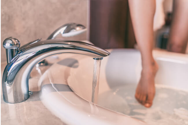 浴槽に入る女性の足