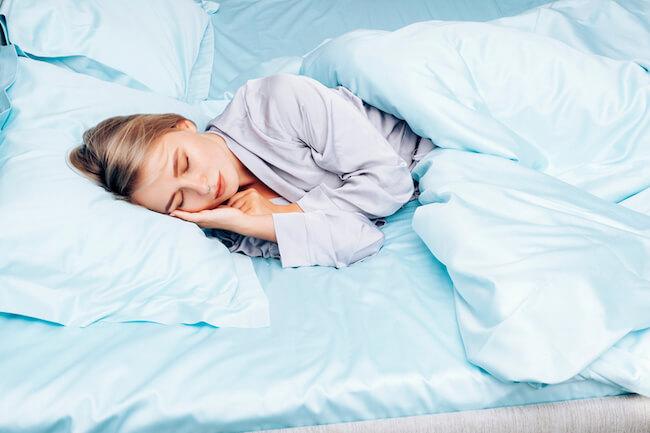 ベッドで眠る美女