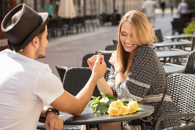 カフェで手を握り合うカップル