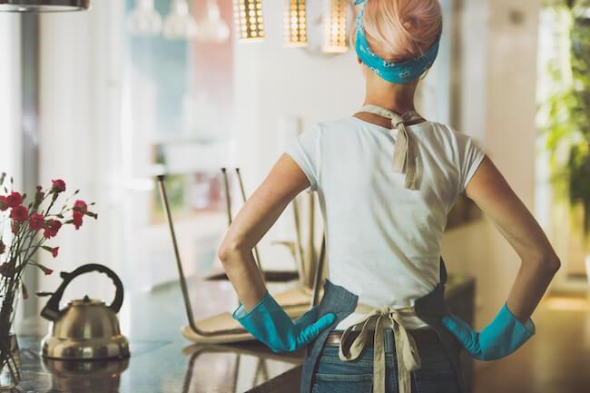ゴム手袋をはめて掃除をする女性