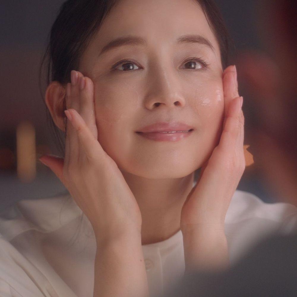 """石田ゆり子さんが美容のために気をつけていることって?""""つや玉""""輝く美肌の秘訣は?"""